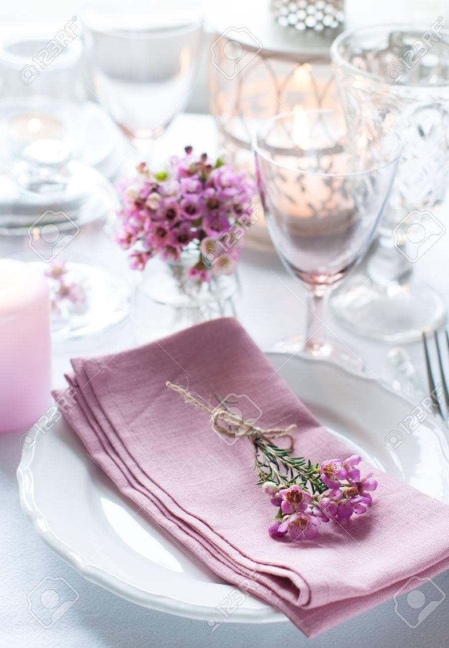 Festliche Hochzeit Gedeckten Tisch Mit Rosa Blumen Servietten Vintage Besteck Glaser Und Kerzen Hellen Sommer Tisch Dekoration Lizenzfreie Fotos Bilder Und Stock Fotografie Image 26158494