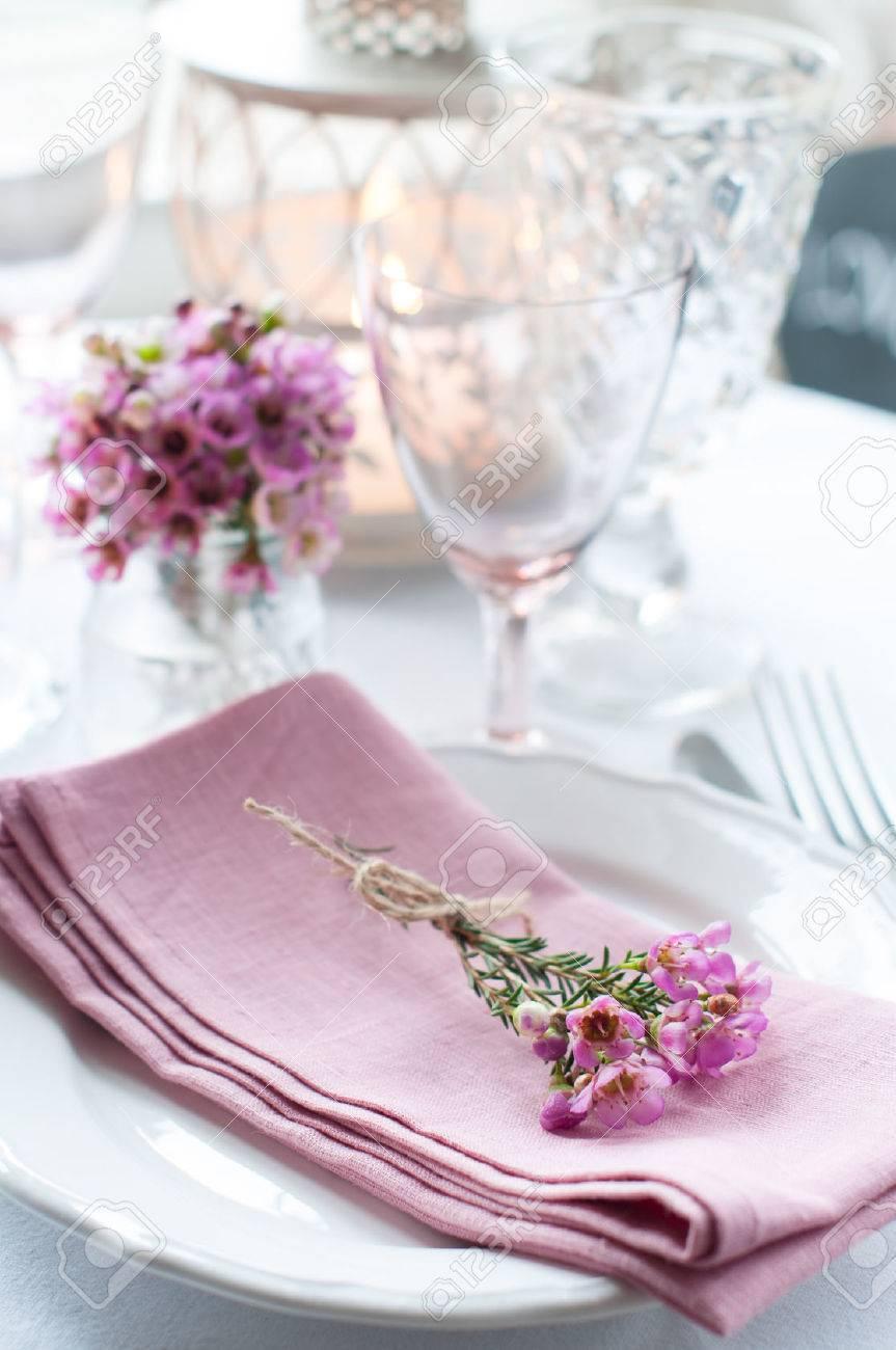Festliche Hochzeit Gedeckten Tisch Mit Rosa Blumen Servietten Vintage Besteck Glaser Und Kerzen Hellen Sommer Tisch Dekoration Lizenzfreie Fotos Bilder Und Stock Fotografie Image 26173023