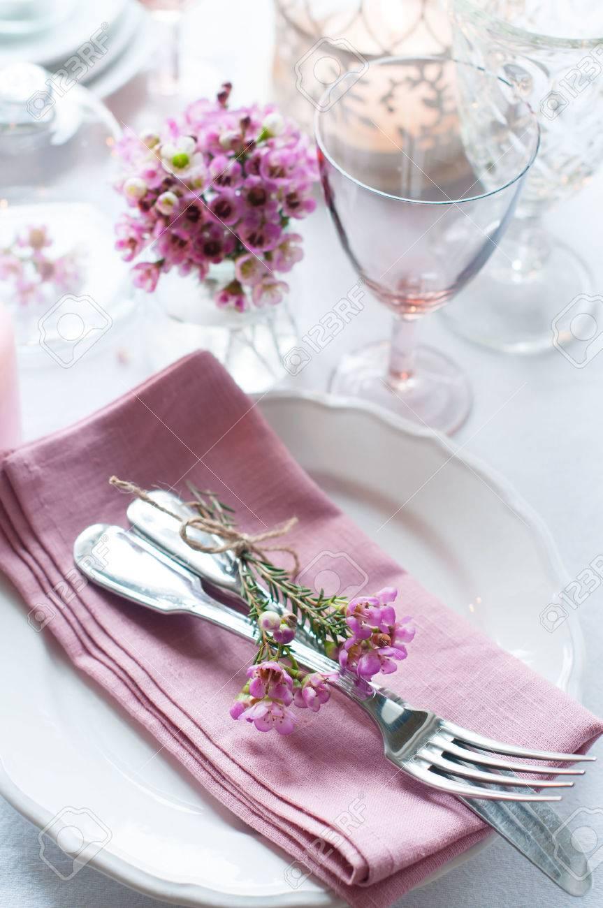 Festliche Hochzeit Gedeckten Tisch Mit Rosa Blumen Servietten Vintage Besteck Glaser Und Kerzen Hellen Sommer Tisch Dekoration Lizenzfreie Fotos Bilder Und Stock Fotografie Image 26173026
