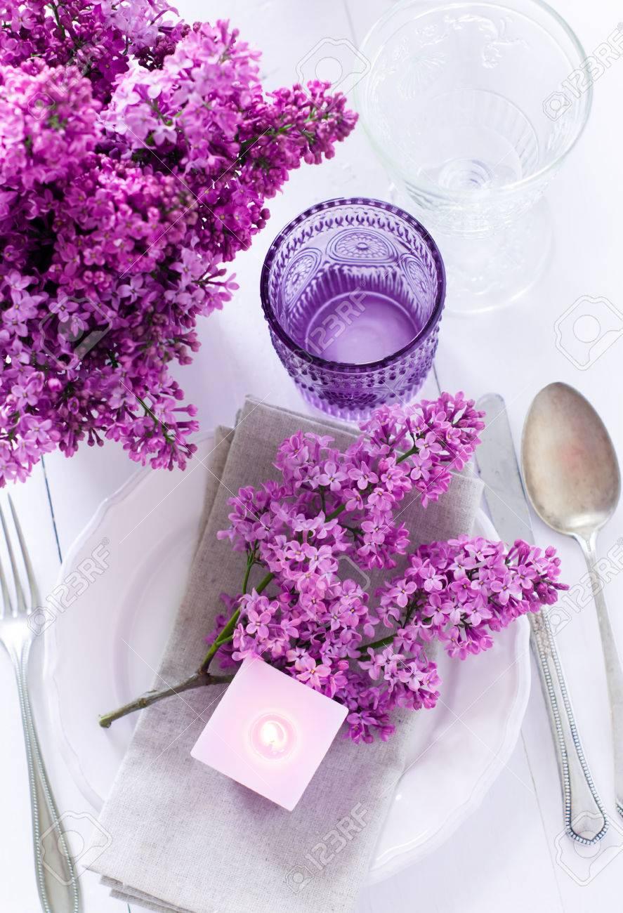 Festliche Hochzeit Gedeckten Tisch Mit Lila Blumen Kerzen Vintage Besteck Glaser Und Geschirr Lizenzfreie Fotos Bilder Und Stock Fotografie Image 27877837
