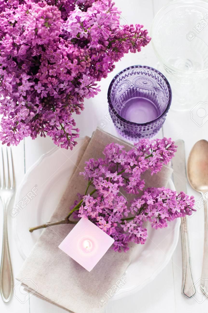 Festliche Hochzeit Gedeckten Tisch Mit Lila Blumen Kerzen Vintage Besteck Glaser Und Geschirr Lizenzfreie Fotos Bilder Und Stock Fotografie Image 27877971