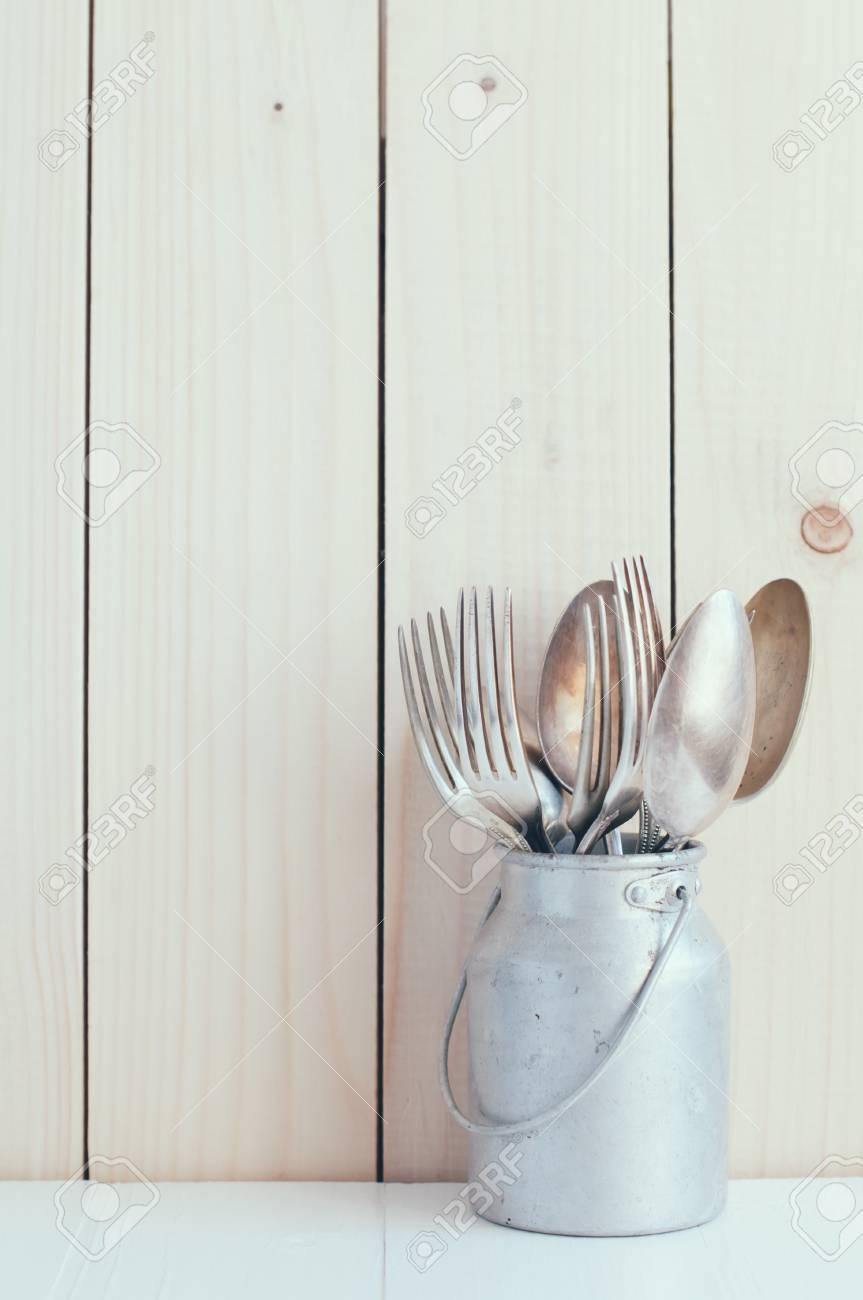 Décoration cuisine: couverts cru, cuillères et fourchettes en zinc peut sur  une planche de bois de fond, style rétro arrangement confortable, couleurs
