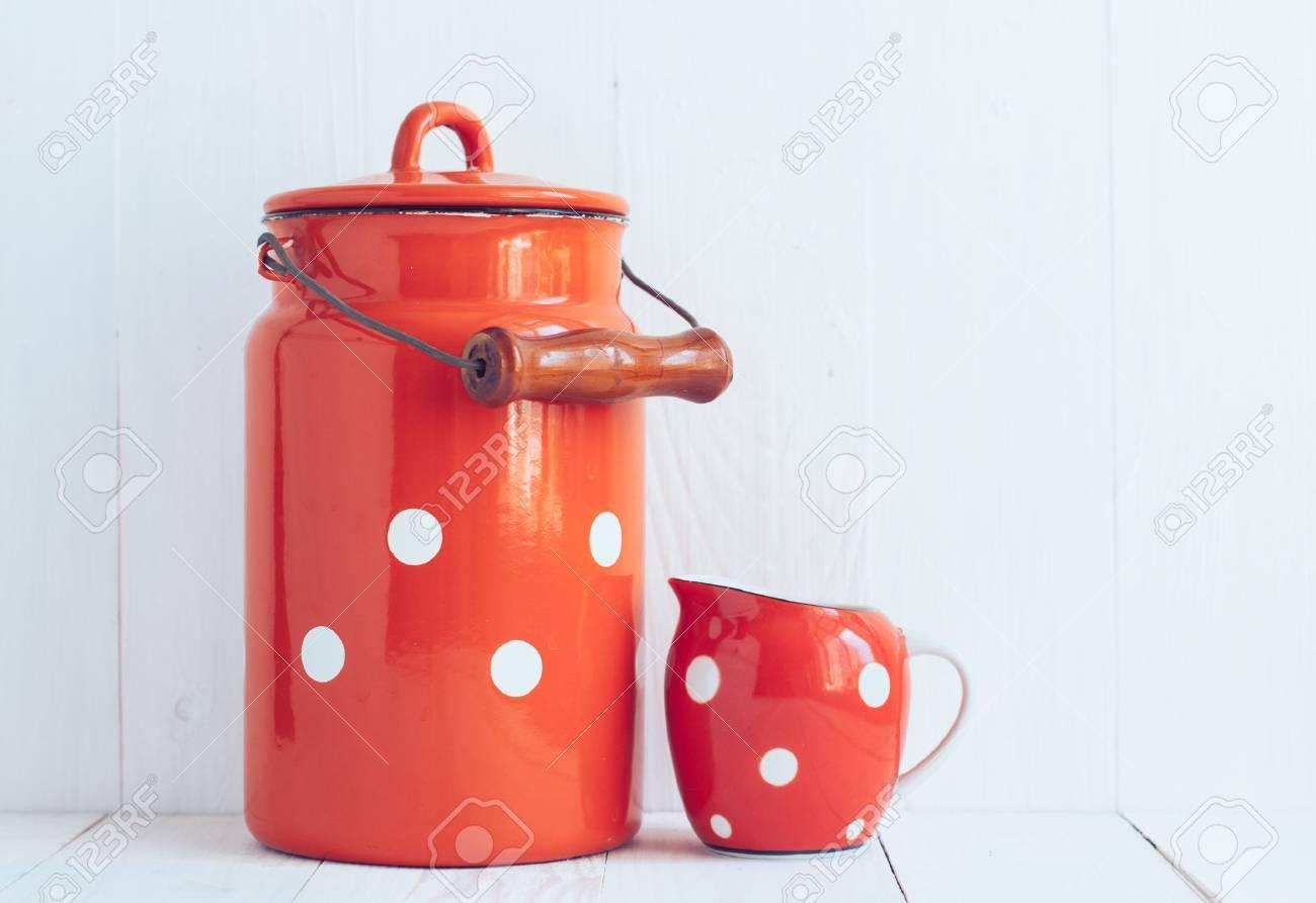 Set Von Vintage-Geschirr, Milchkanne Und Kleine Tupfen Milchmann ...