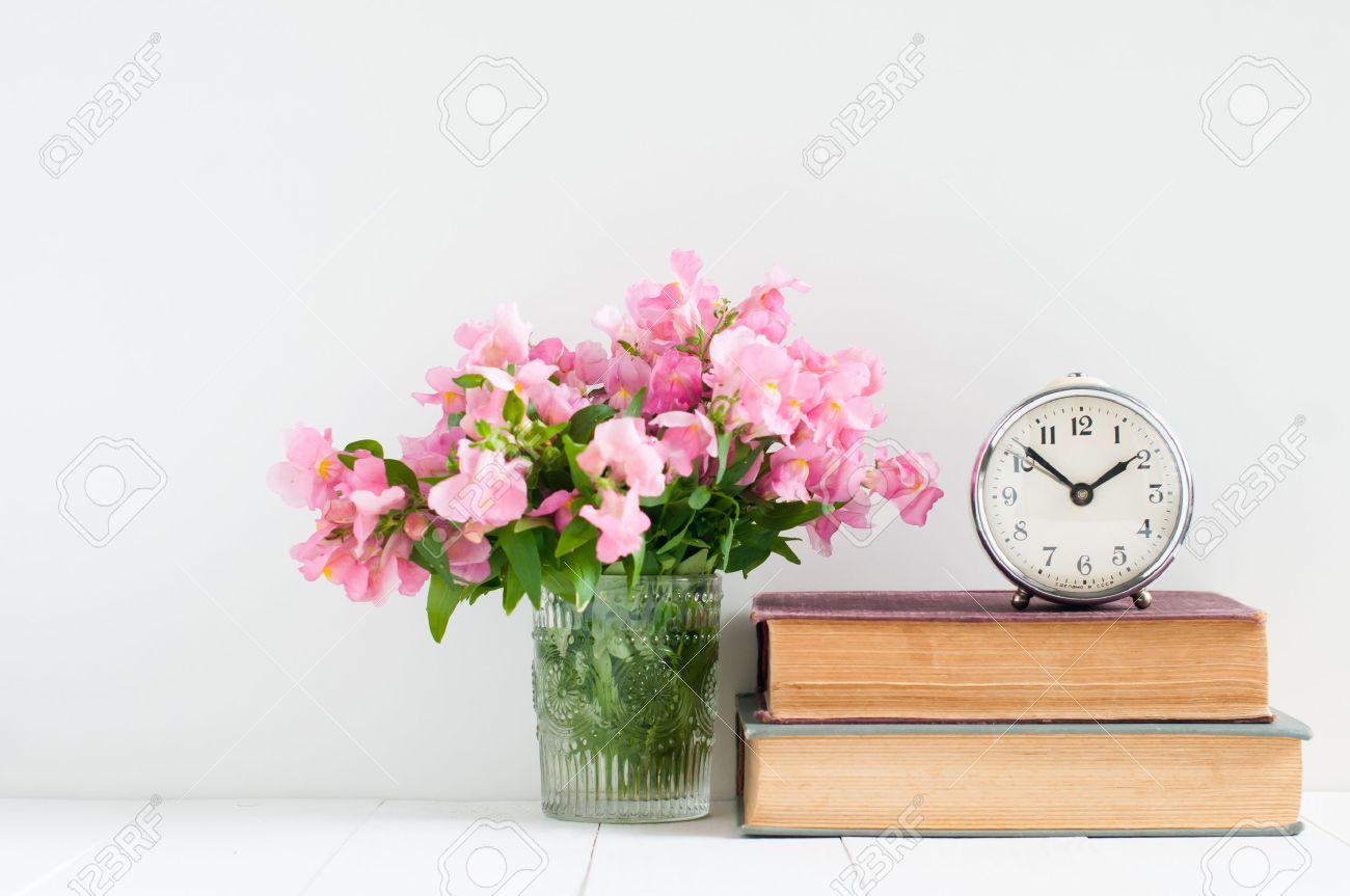 Retro Heminredning: En Trave Böcker, Blommor Och En Vintage ...