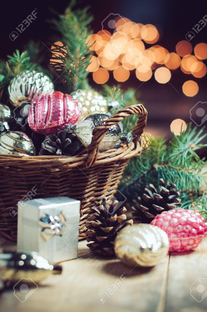 Decorazioni Di Natale Vintage In Un Cesto Di Vimini Regalo Di