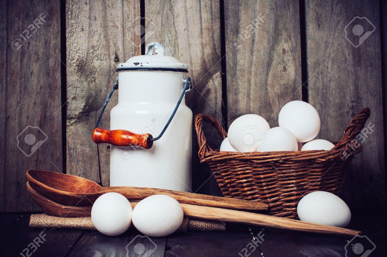 Land Küche Stillleben, Emaillemilchkanne, Eier In Einem Weidenkorb ...