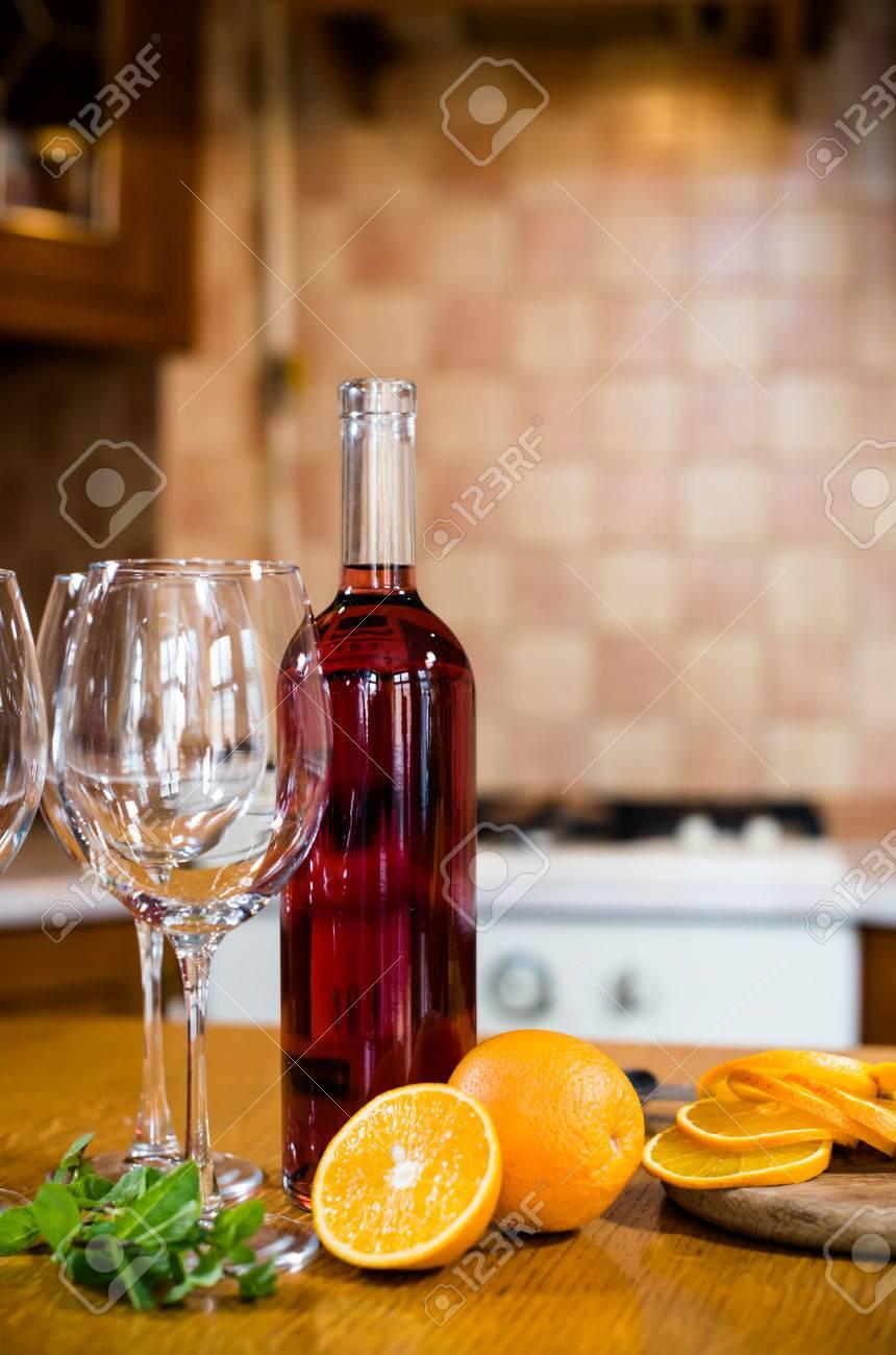 Weinflaschen, Geschirr, Gläser, Obst Auf Dem Tisch, Gemütliches ...