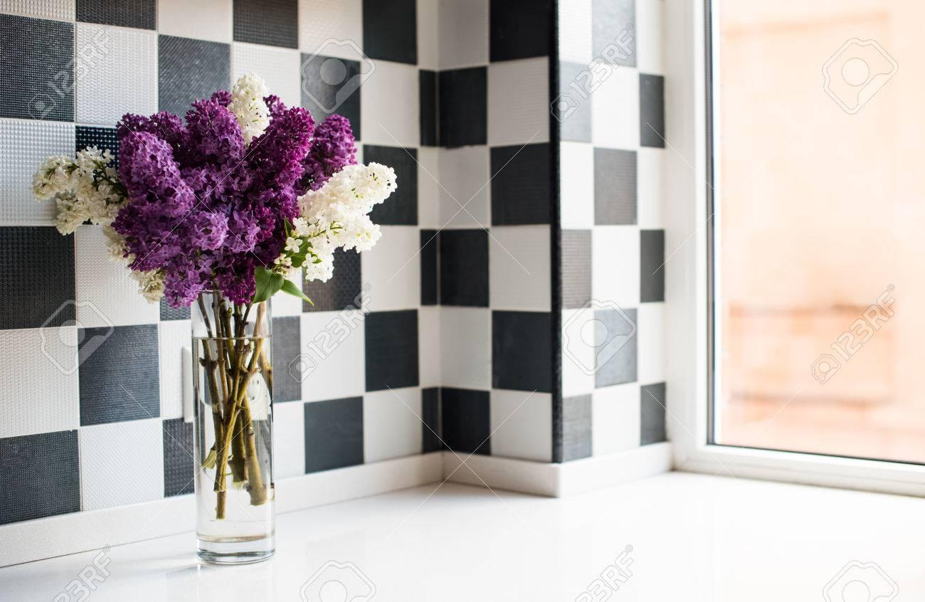Fruhling Bouquet Von Flieder In Einer Vase Auf Dem Kuchentisch Am Fenster Lizenzfreie Fotos Bilder Und Stock Fotografie Image 40003630