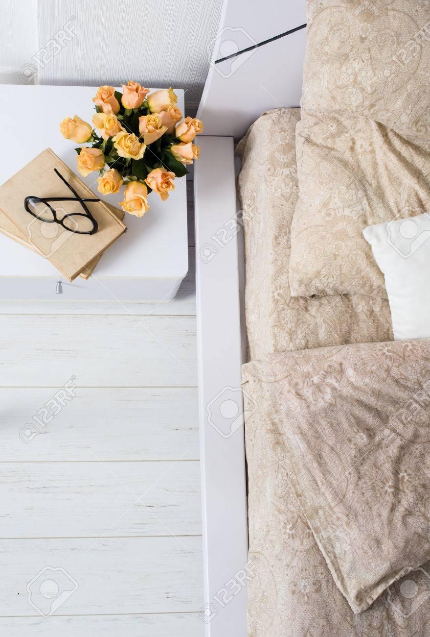 Intérieur de la chambre blanche et brillante, lit confortable avec ...