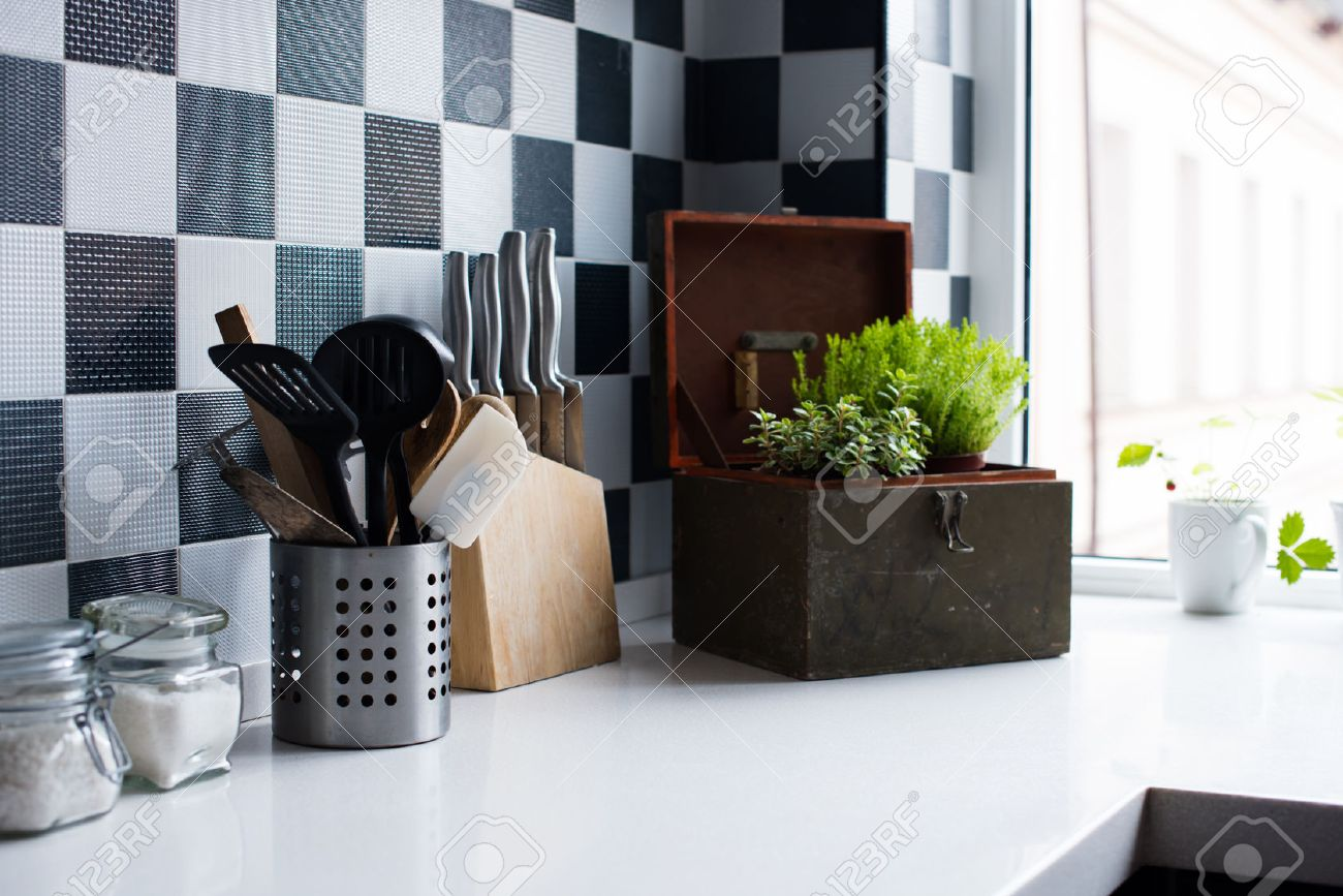 Les ustensiles de cuisine, décoration et ustensiles de cuisine à  l\'intérieur de la cuisine moderne close-up