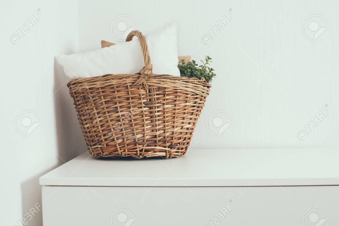 Weidenkorb Mit Einem Kissen Und Grüne Hauptanlage An Der Weißen Wand ...