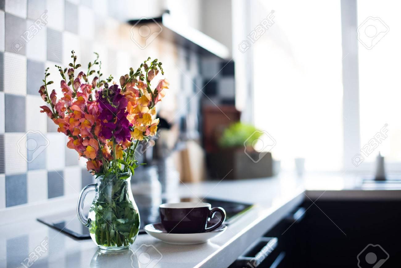 Bündel Frische Sommerblumen In Einem Krug In Home Interior Of Modern ...