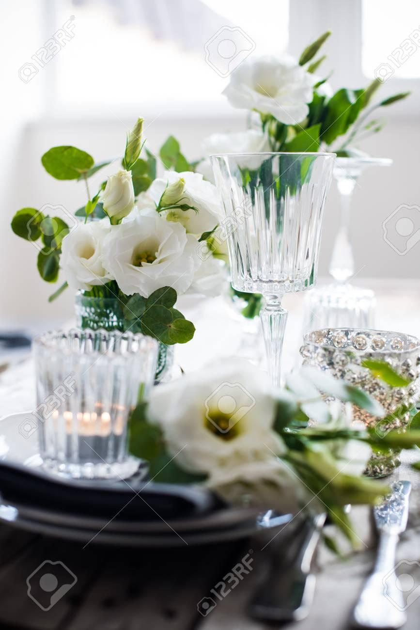 Tabelleneinstellung Mit Weissen Blumen Kerzen Und Glaser Auf Alten