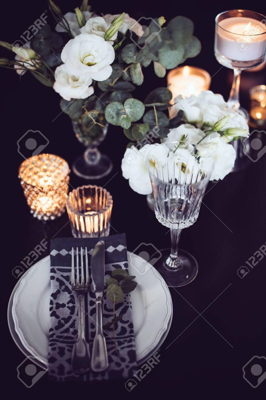 Deco De Table Bougie cadre de table de fête de luxe avec bougies, fleurs, verres et couverts.  décoration de table pour le dîner romantique.
