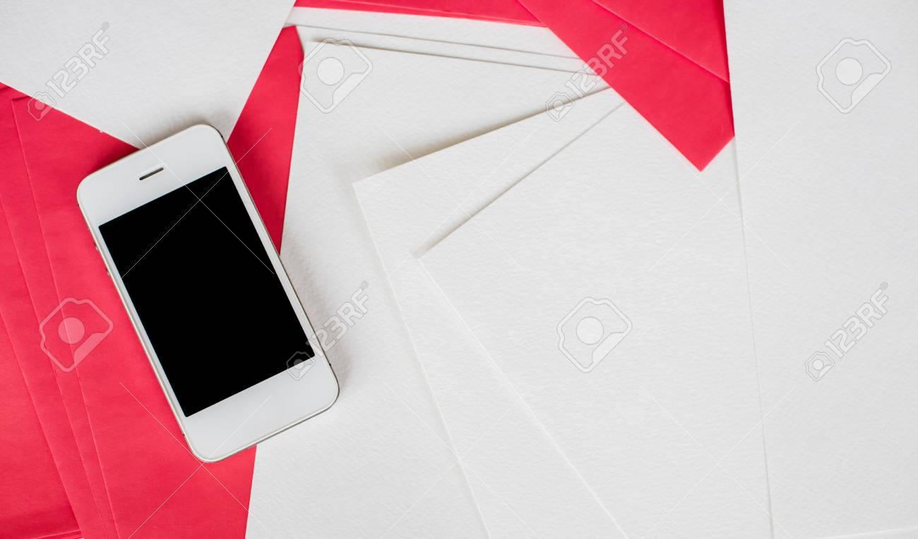 Smartphone et nettoyer les feuilles de papier blanc et rouge vides