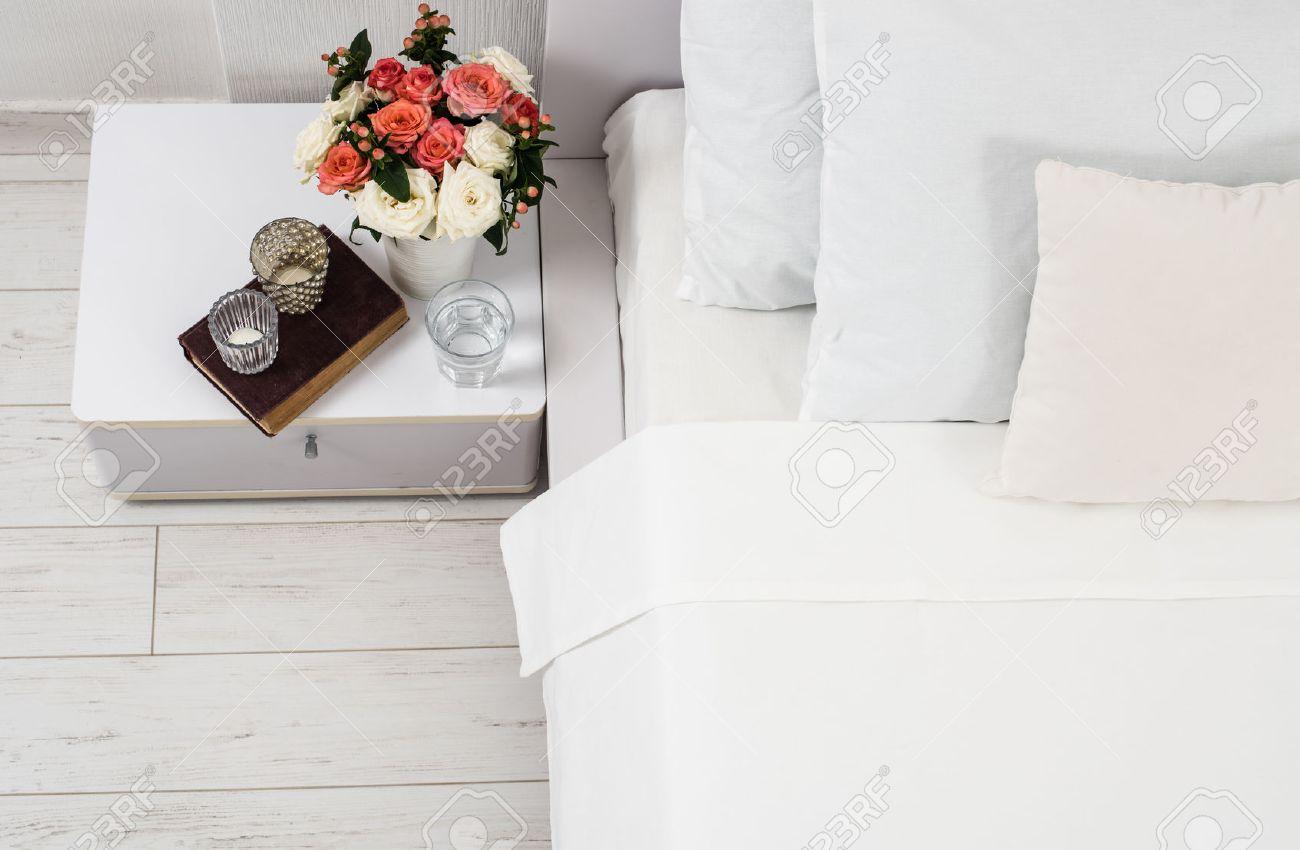 Interieur van witte slaapkamer, nieuwe lakens op het bed, de kamer ...