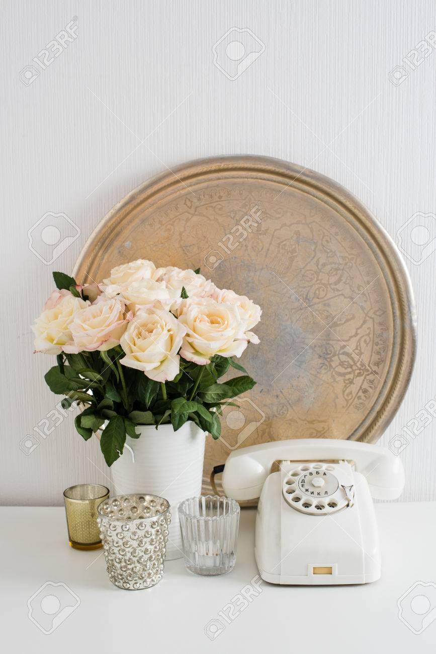 Decoration Interieur Appartement Vintage décoration d'intérieur vintage: téléphone à cadran blanc, plateau en  argent, bougies et roses sur une table. style rétro de décoration  d'appartement,