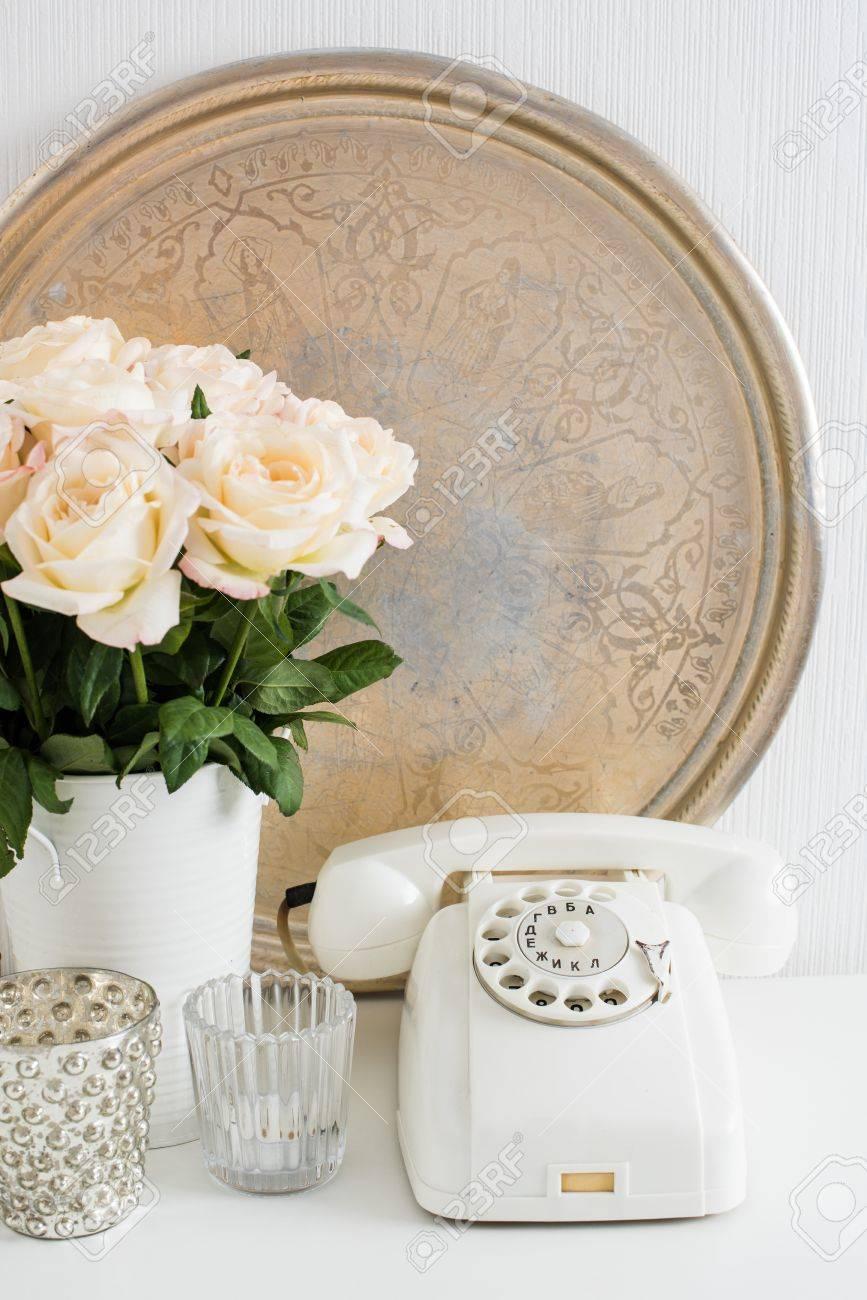 Vintage Decoración Interior De Una Casa Teléfono De Disco Blanco Bandeja De Plata Velas Y Rosas En Una Mesa Apartamento Decoración De Estilo