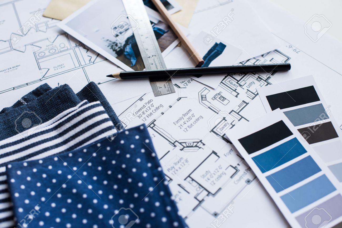 Perfect Arbeitstisch Innenarchitekt, Ein Architekturplan Des Hauses, Eine  Farbpalette, Möbel Und Stoffmuster In Blauer