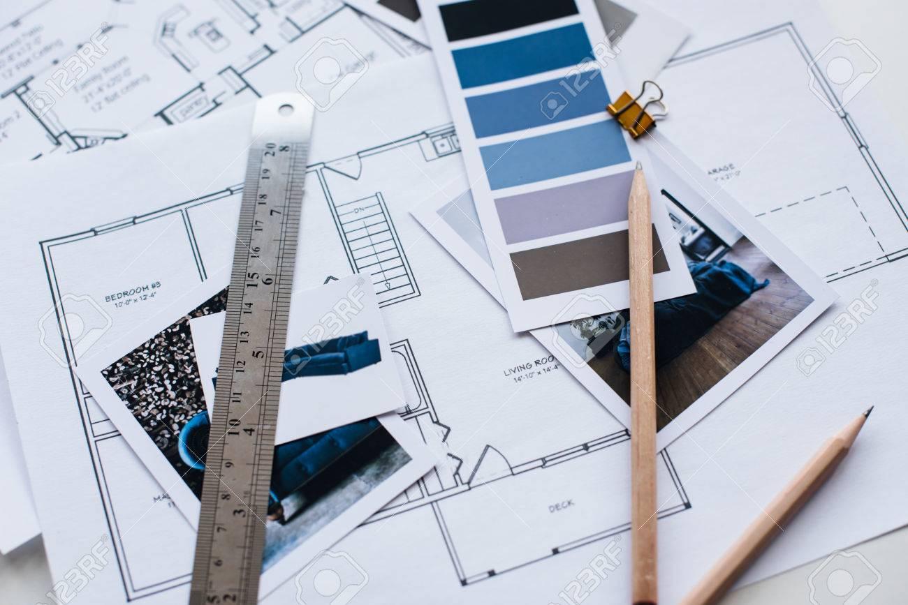 La Table De Designer D Interieur De Travail Un Plan Architectural De La Maison Une Palette De Couleurs Du Mobilier Et Des Echantillons De Tissu De