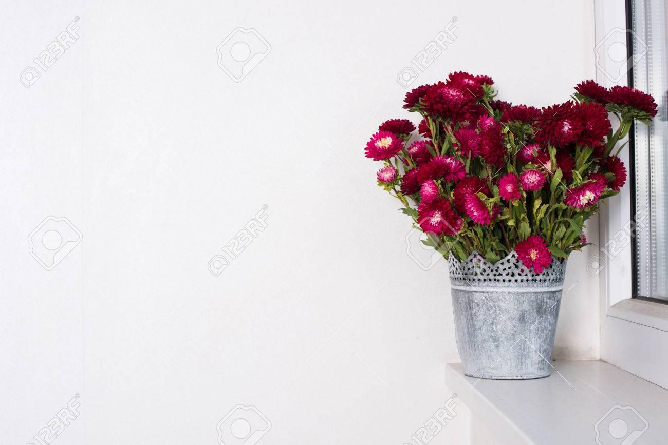 Rote Blumen In Vase Aus Metall In Einer Fensterbank, Zu Hause ...