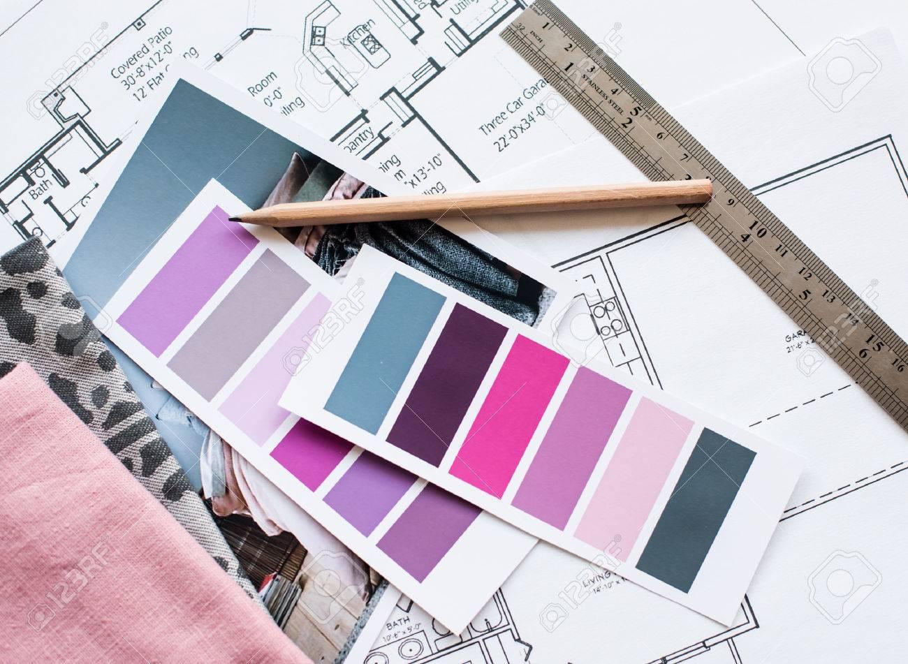 Arbeitstisch Innenarchitekt, Ein Architekturplan Des Hauses, Eine  Farbpalette, Möbel Und Stoffmuster In Grau