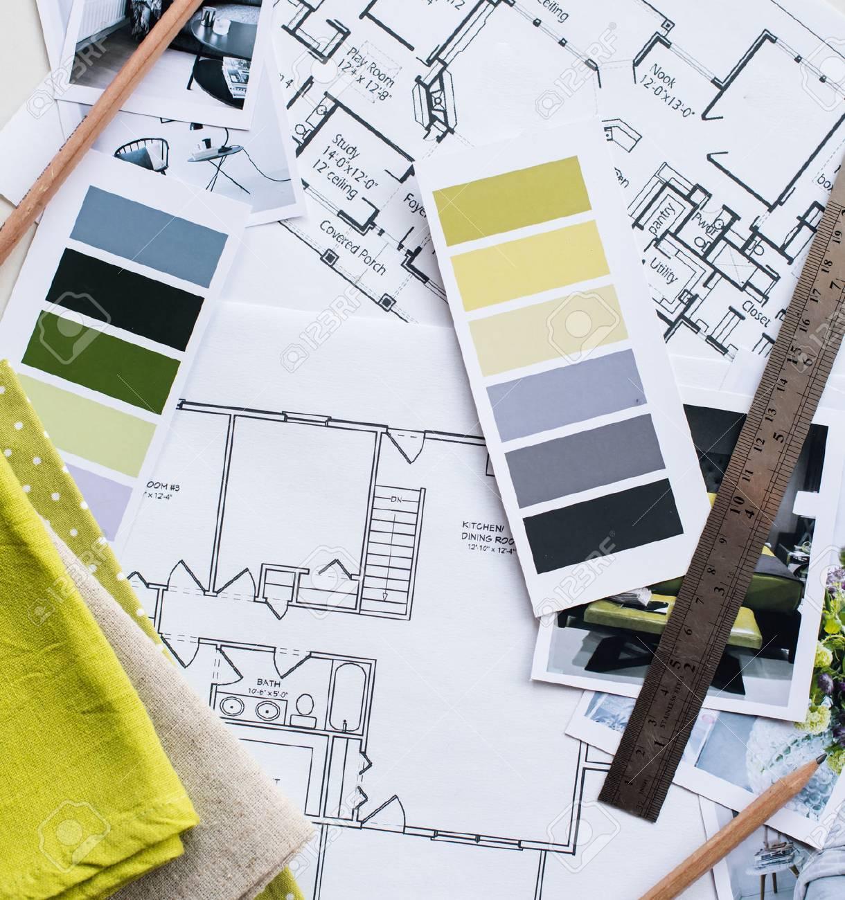Arbeitstisch Innenarchitekt, Ein Architekturplan Des Hauses, Eine  Farbpalette, Möbel Und Stoffmuster In Gelb