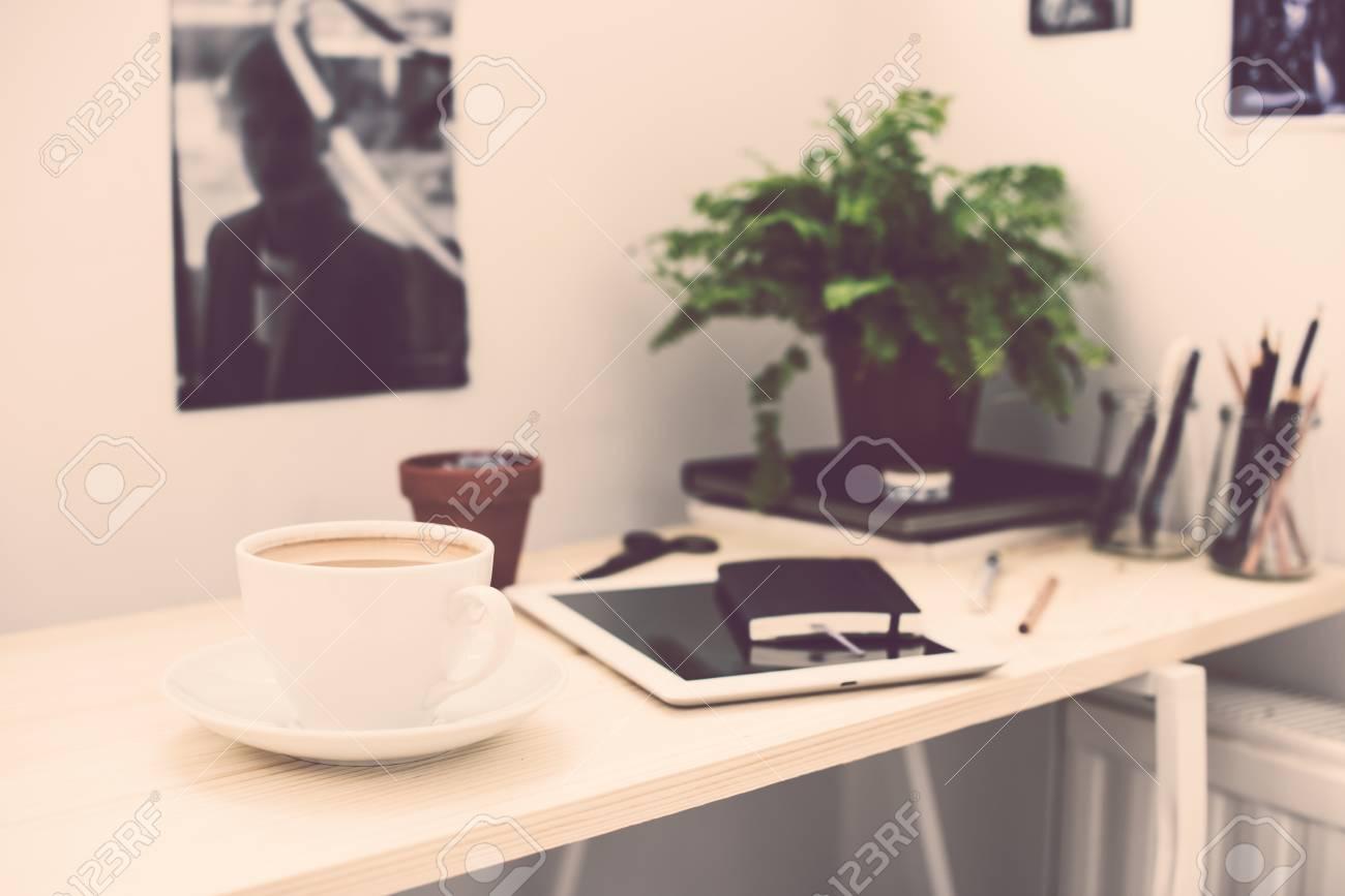 Tazza di caffè in luminoso e moderno ufficio in stile loft