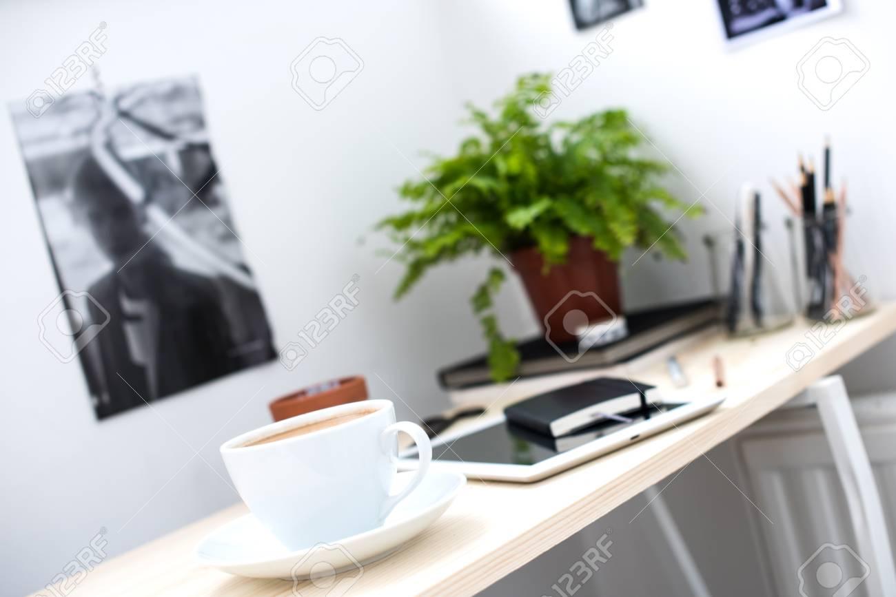 Accessori Per Scrivania Ufficio : Tazza di caffè in luminoso e moderno ufficio in stile loft