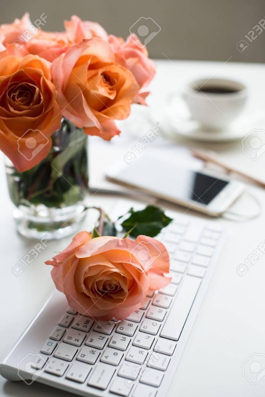 Blanc Brillant Table De Bureau Decoration Avec Des Fleurs Fraiches