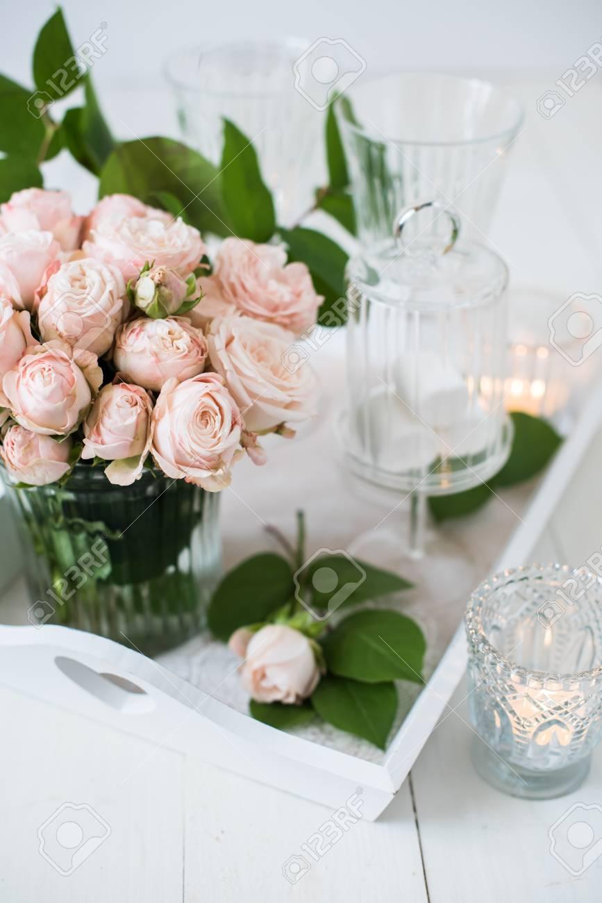 Schone Vintage Hochzeit Tischdekoration Mit Rosen Kerzen Besteck