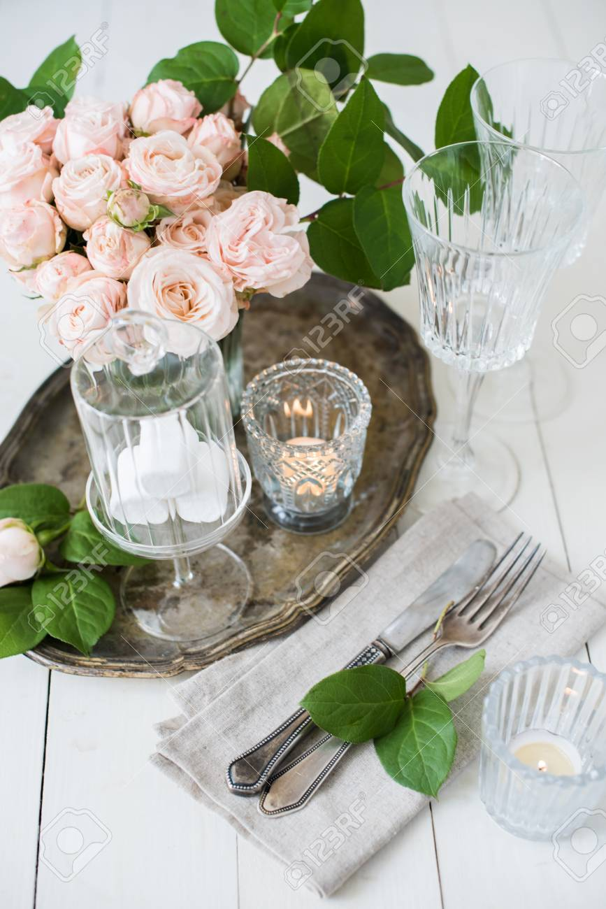 Schone Vintage Hochzeit Tischdekoration Mit Rosen Kerzen Besteck Und Sussigkeiten In Einem Glas Lizenzfreie Fotos Bilder Und Stock Fotografie Image 57907978