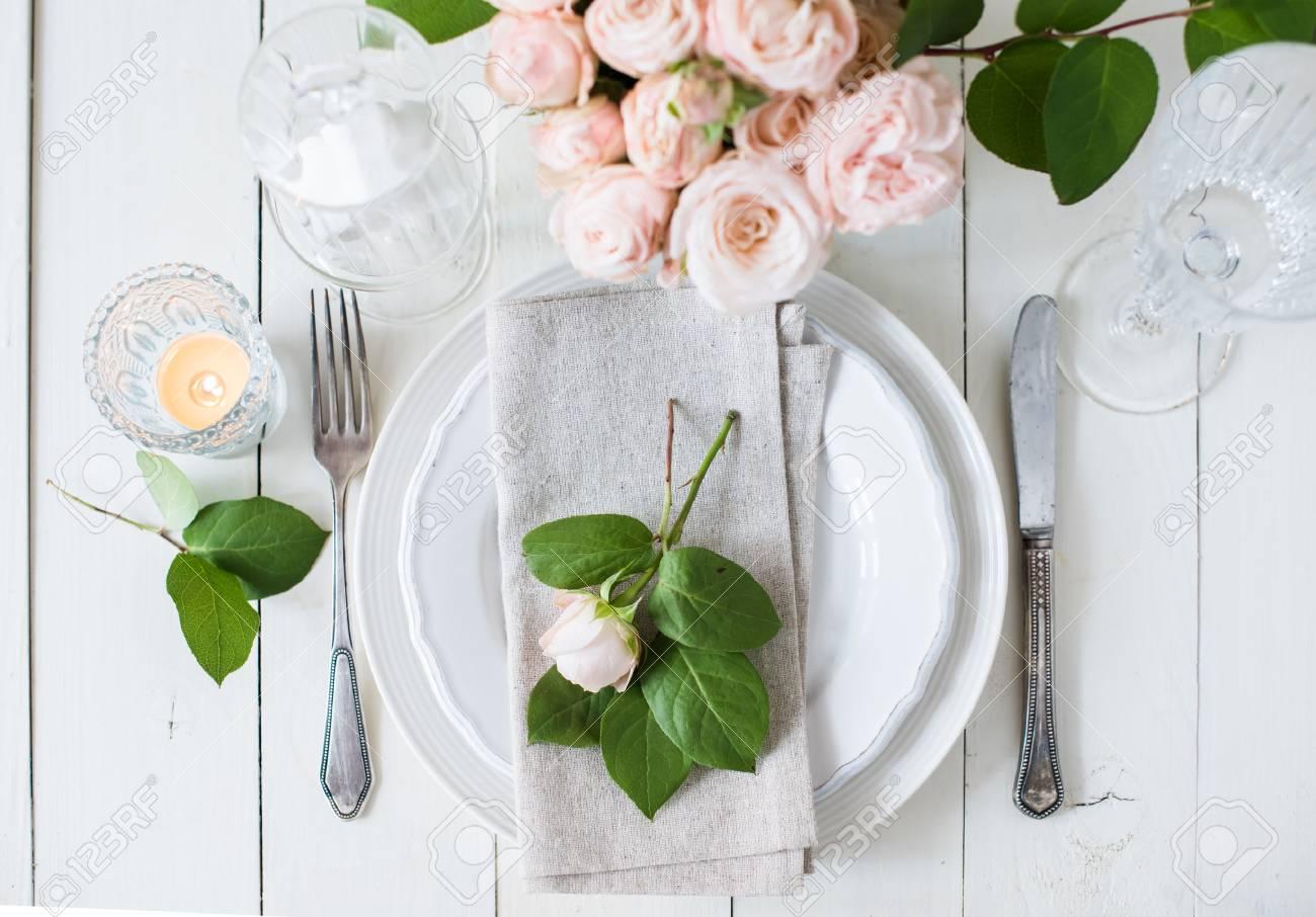 Schone Vintage Hochzeit Tischdekoration Mit Rosen Kerzen Besteck Und Sussigkeiten In Einem Glas Lizenzfreie Fotos Bilder Und Stock Fotografie Image 57907983