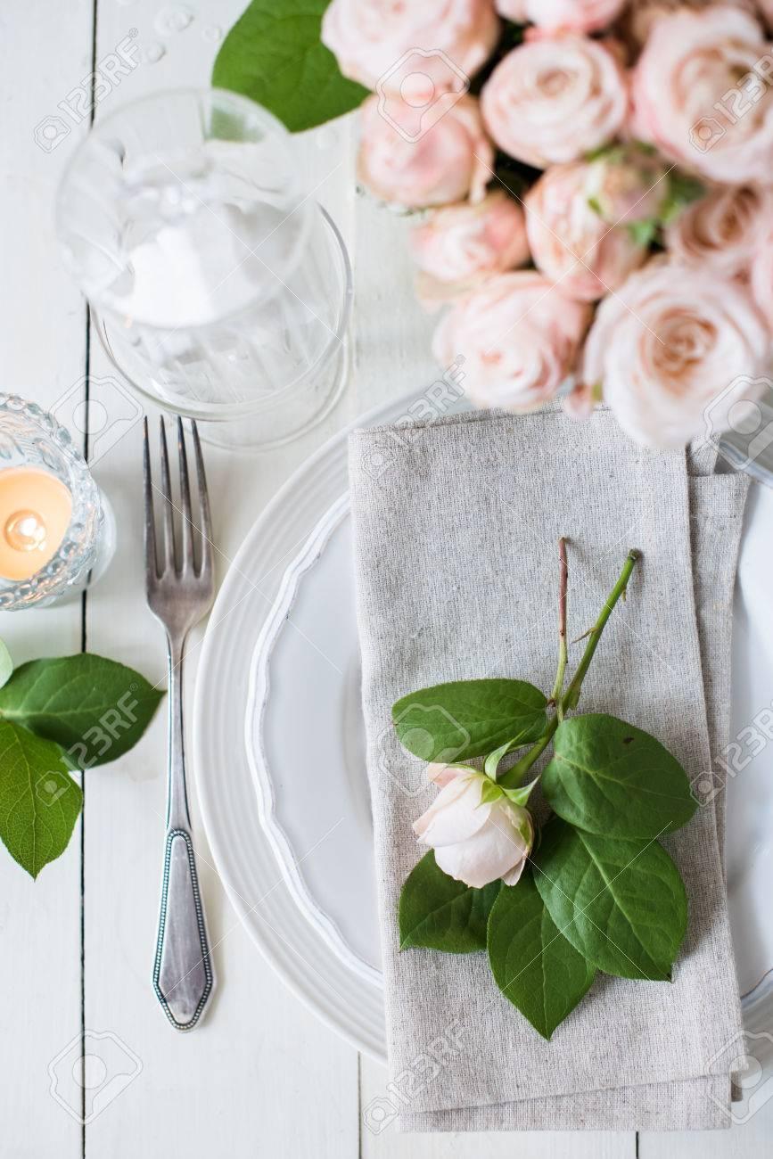 Schone Vintage Hochzeit Tischdekoration Mit Rosen Kerzen Besteck Und Sussigkeiten In Einem Glas Lizenzfreie Fotos Bilder Und Stock Fotografie Image 57907984