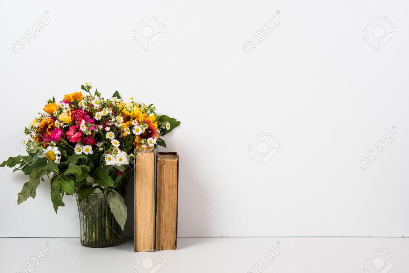 Inter Hauptdekor Mit Blumen Und Bücher, Einfache Sommer Dekor Mit Exemplar  Standard Bild