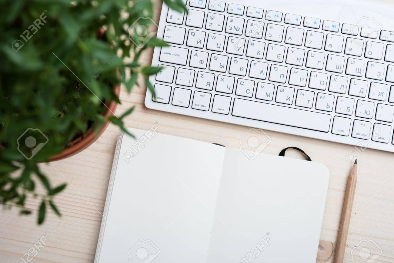 Dessus De Table Style Espace De Travail De Hipster Clavier Blanc D Ordinateur Et Objets De Bureau Vue De Dessus De Bureau Avec Copie Espace