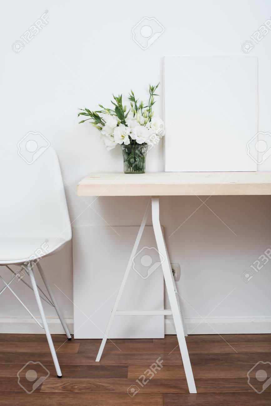 Weiß Skandinavischen Innendekoration Closeup: Leere Wände, Designer Stuhl,  Tisch Und Natürliche Blumen