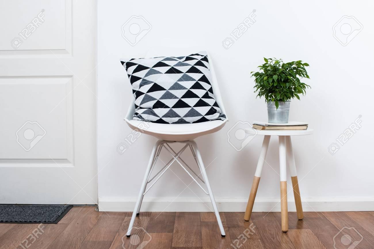 Wunderbar Scandinavian Hause Innendekoration, Einfache Einrichtung Gegenstände Und  Möbel, Minimalistischen Weißen Raum Standard Bild