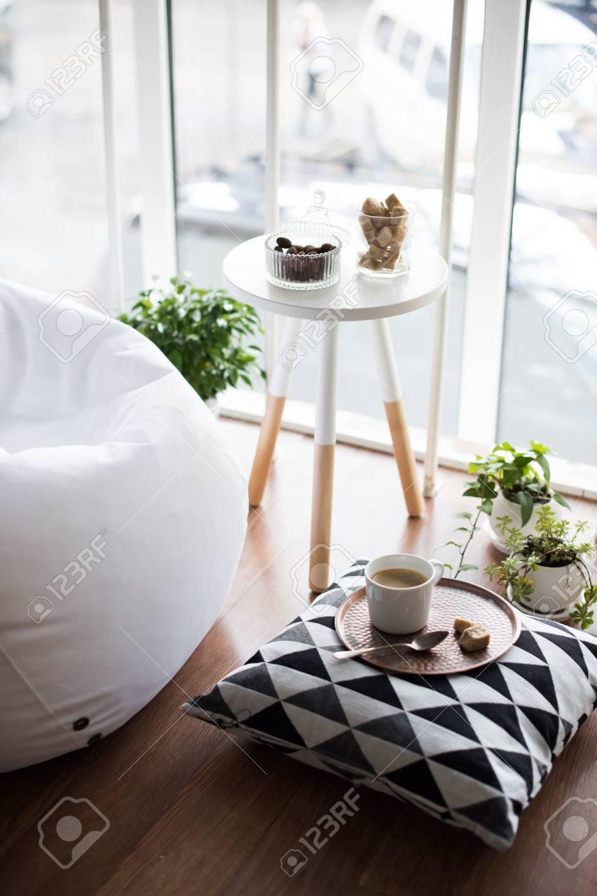 banque dimages caf servi sur table lumineuse lumire hippie de style scandinave intrieur chambre loft confortable avec de grandes fentres agrandi