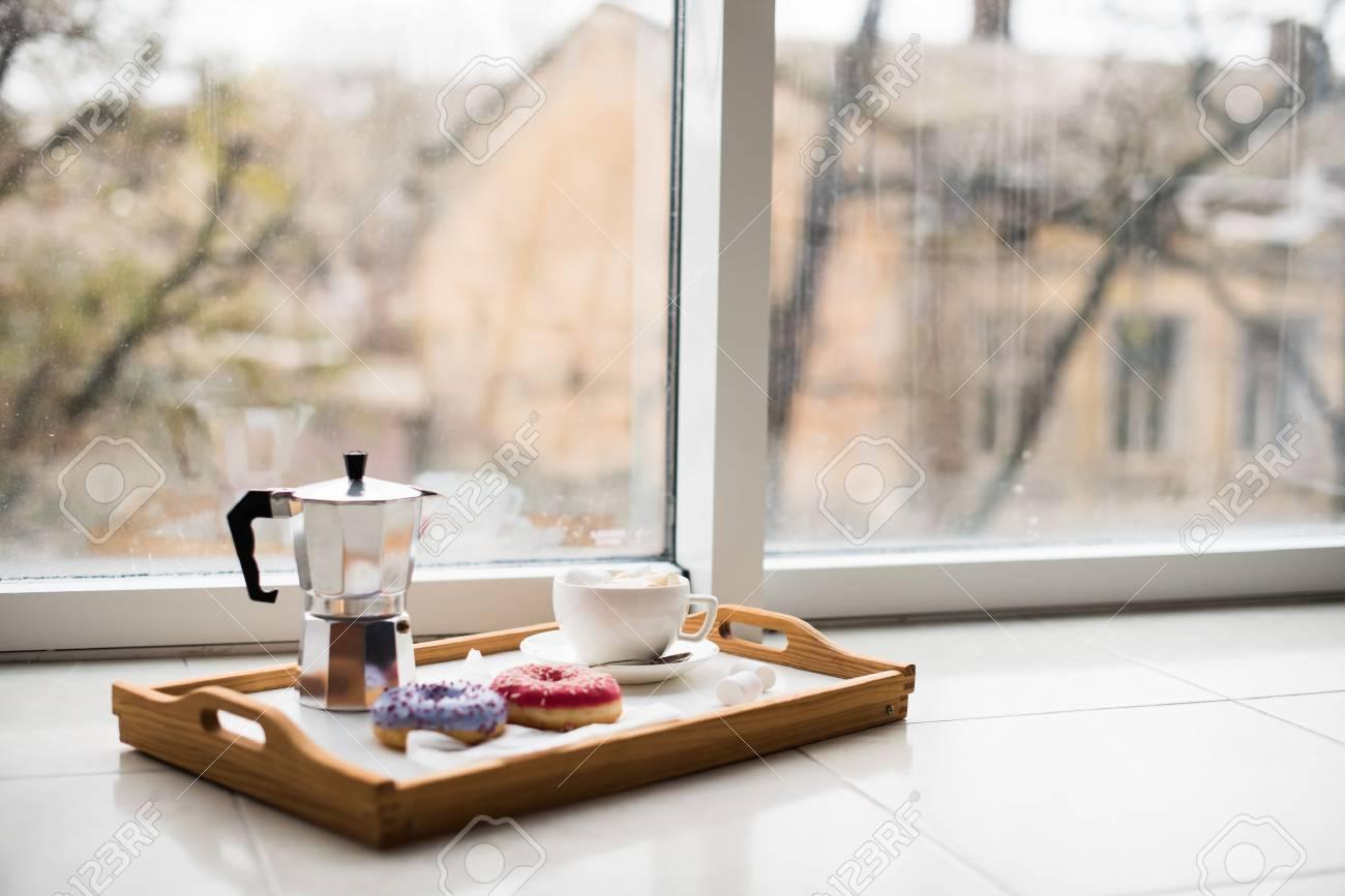 Gemütliches Zuhause gemütliches zuhause wochenende, kaffee und süßigkeiten in tablett