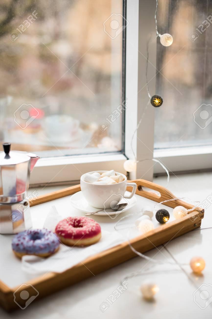 Gemutliches Zuhause Wochenende Kaffee Und Sussigkeiten In Tablett