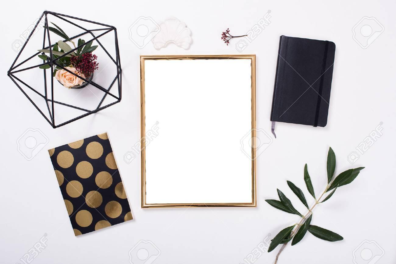 Goldener Rahmen Mock-up Auf Weißem Tisch Lizenzfreie Fotos, Bilder ...