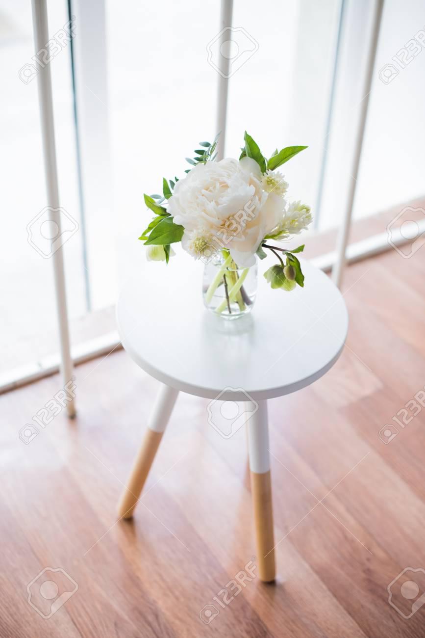 Fleurs De Pivoine Blanche Sur Une Table Basse En Interieur De