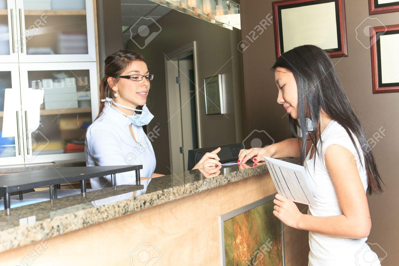Un rendez vous laide de réceptionniste dentaire au bureau de