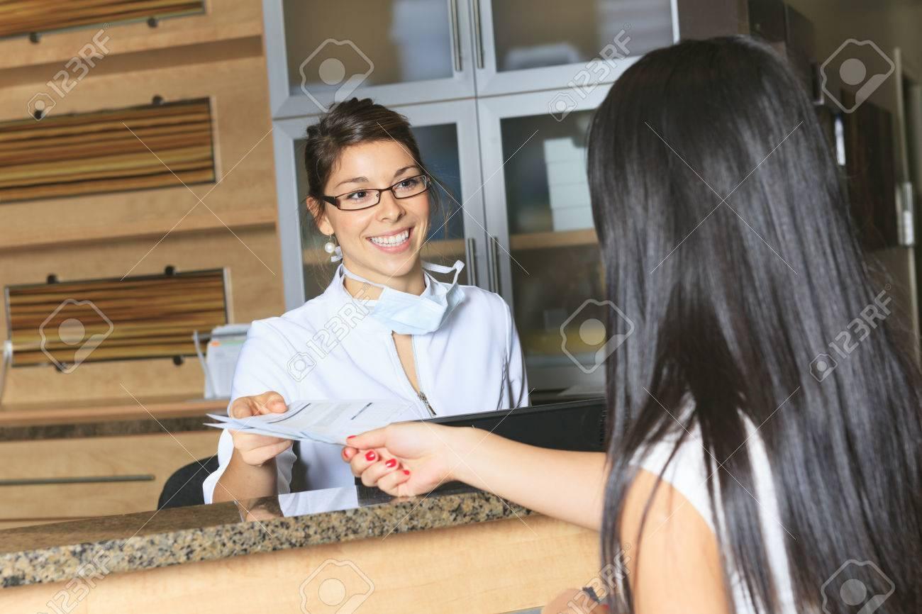Un rendez vous l aide de réceptionniste dentaire au bureau de