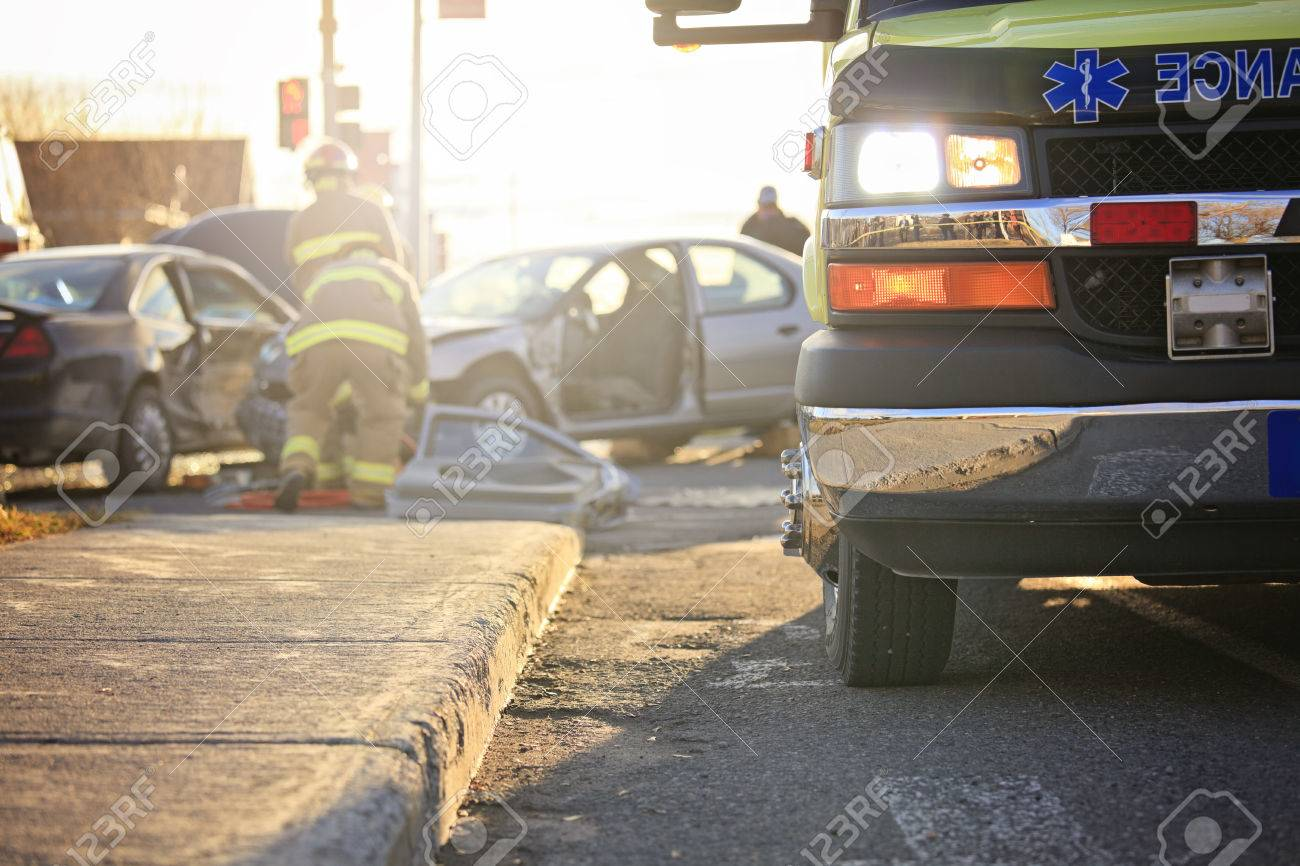 Ein Unfall-Szene Auf Der Straße Einer Stadt Mit Krankenwagen Und ...