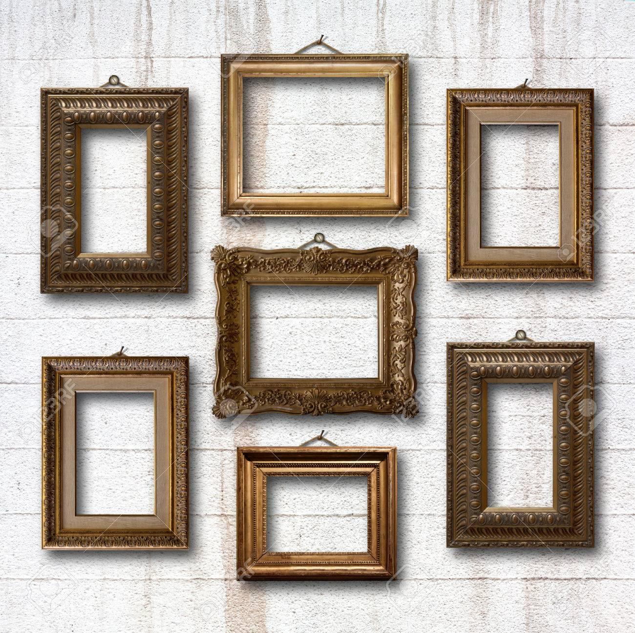 marcos de madera para cuadros dorados en la vieja pared de piedra foto de archivo