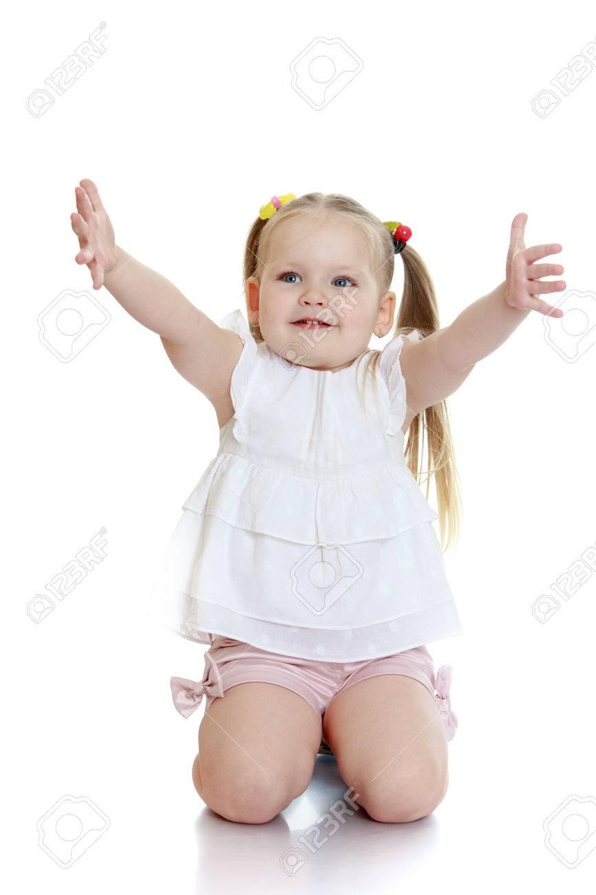 Schöne Blonde Kleines Mädchen Steht Auf Die Knie Und Streckt Die ...