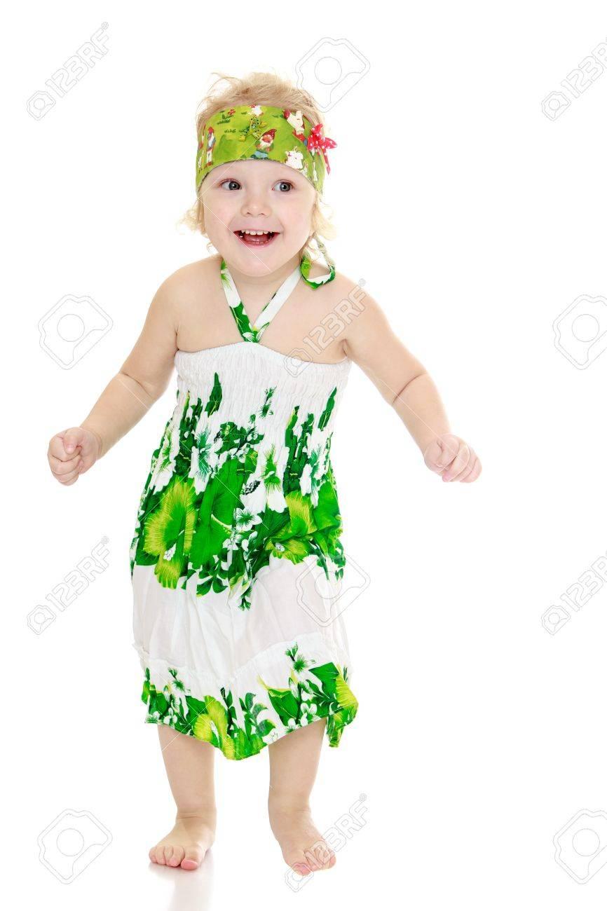 4cc229a56 Foto de archivo - Niña muy divertida con los pies descalzos en un verano  largo-vestido aislado sobre fondo blanco
