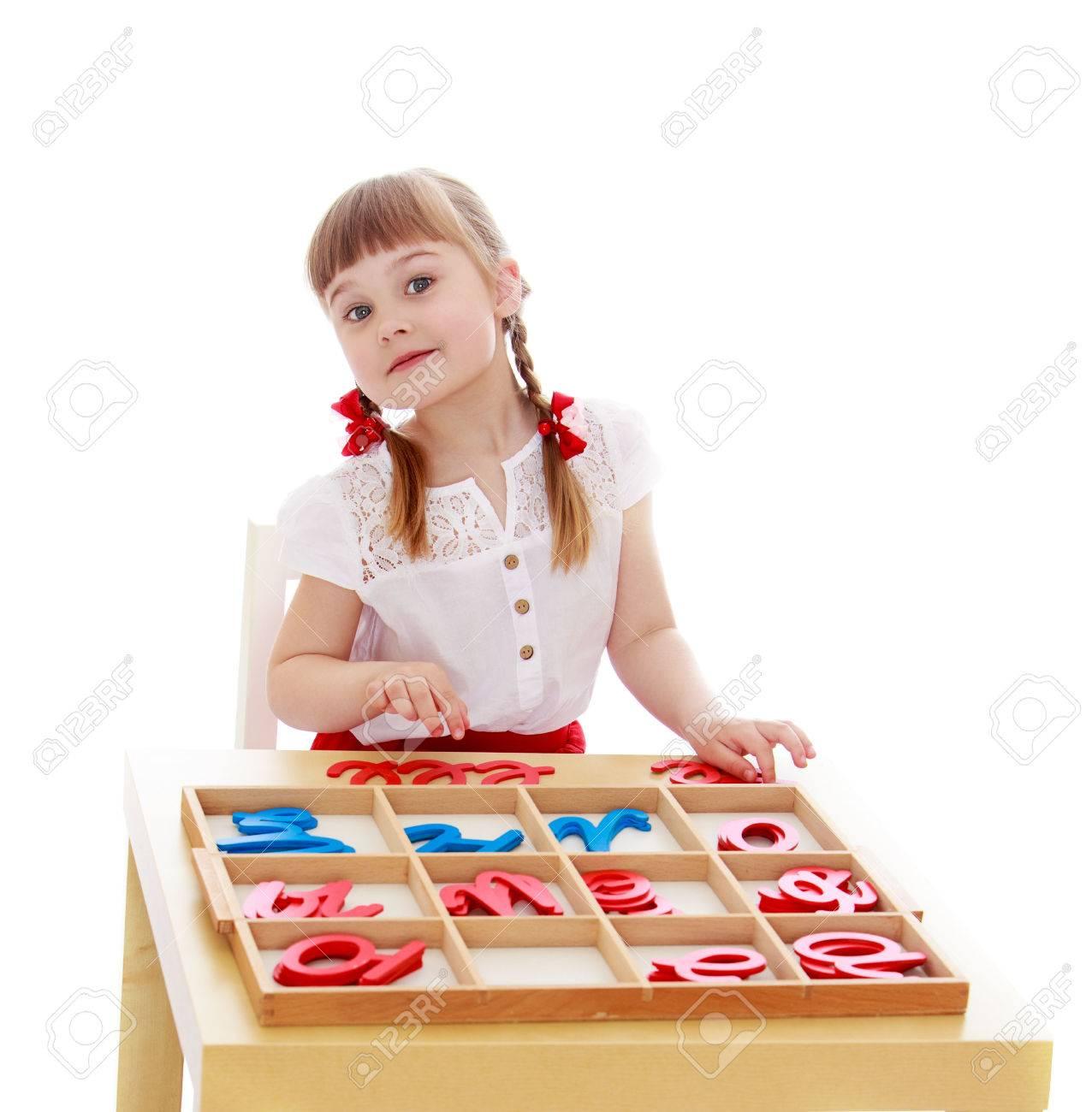 Niña En Un Jardín De Infantes Montessori Está Estudiando Las Letras ...